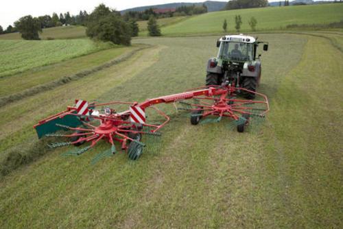 Система SideShift слева - сгребает несобранный урожай