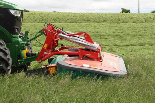 Crop is guided well inbetween tractor wheels.